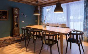 Separates Esszimmer mit großem Tisch und Zugang zur Terrasse
