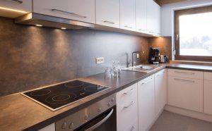 Küche (Backrohr, Geschirrspüler, Ceran-Kochfeld mit vier Platten, Cafissimo Kaffeemaschine, separater Gefrier- und Kühlschrank)
