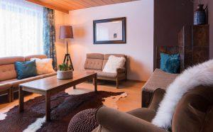 """Wohnzimmer mit Bibliothek und Kabel-TV (43"""" Flat UHD 4K Smart LED TV)"""