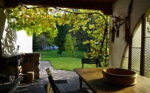 Überdachte Terrasse mit offenem Kamin